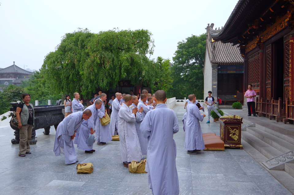 Giant-Wild-Goose-Pagoda-monks