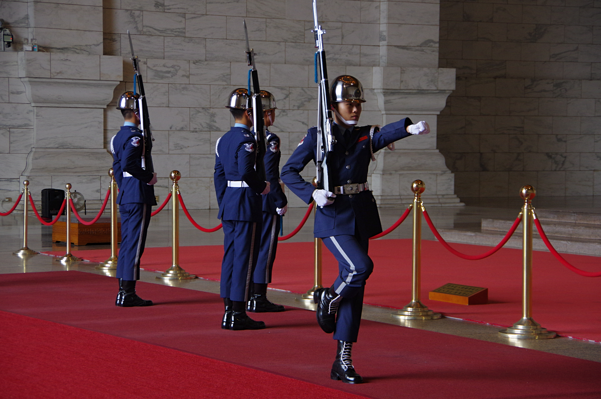 Chiang-Kai-shek-Memorial-Hall-changing-of-guards