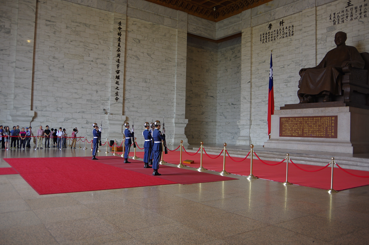 Chiang-Kai-shek-Memorial-Hall-changing-of-guards2